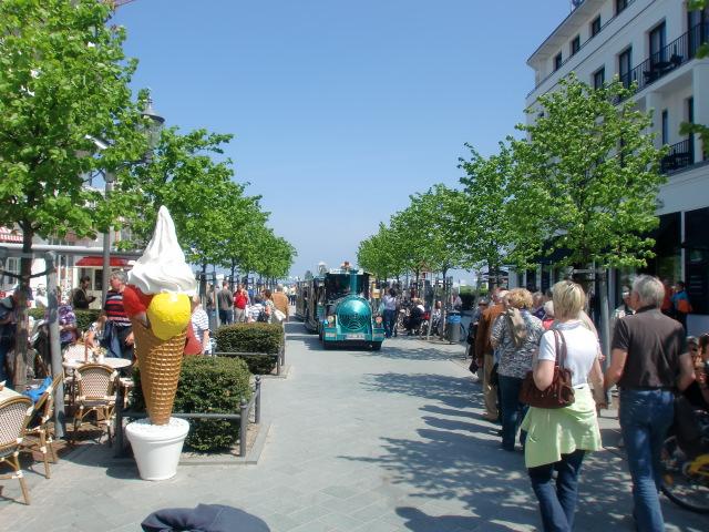 Ostseebad Binz - Gemütliche Straßencafes und exklusive Einzelhandels-Geschäfte laden zum Bummeln über die Hauptstrasse ein. Von der Hauptstraße aus kommt man direkt zur Strandpromenade.