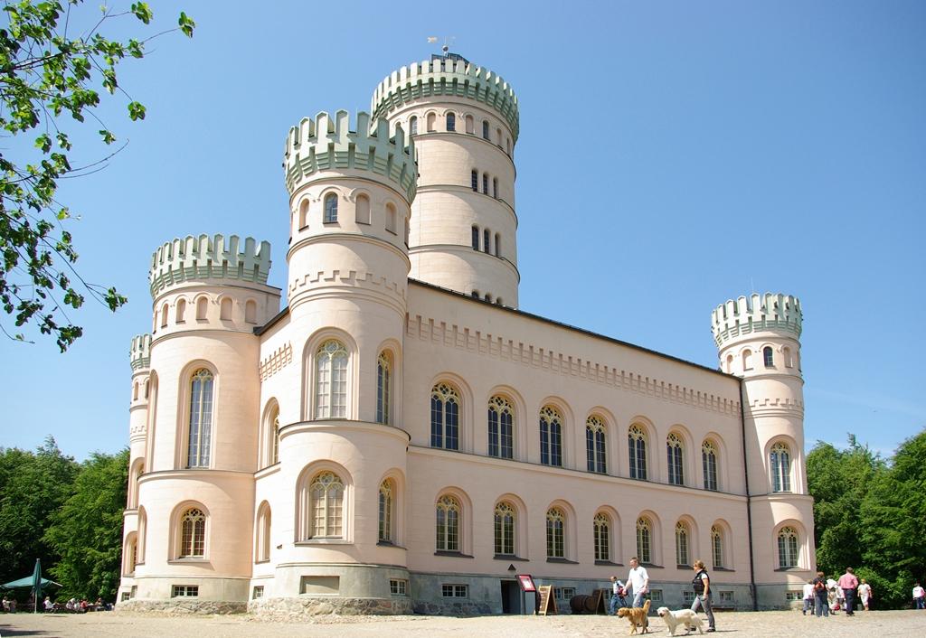 Insel Rügen - Urlaub im Ferienhaus, Ferienwohnung, Urlaub in Strandvillen - Das   Jagdschloss Granitz   am Fuße des großen Waldgebietes der Granitz.