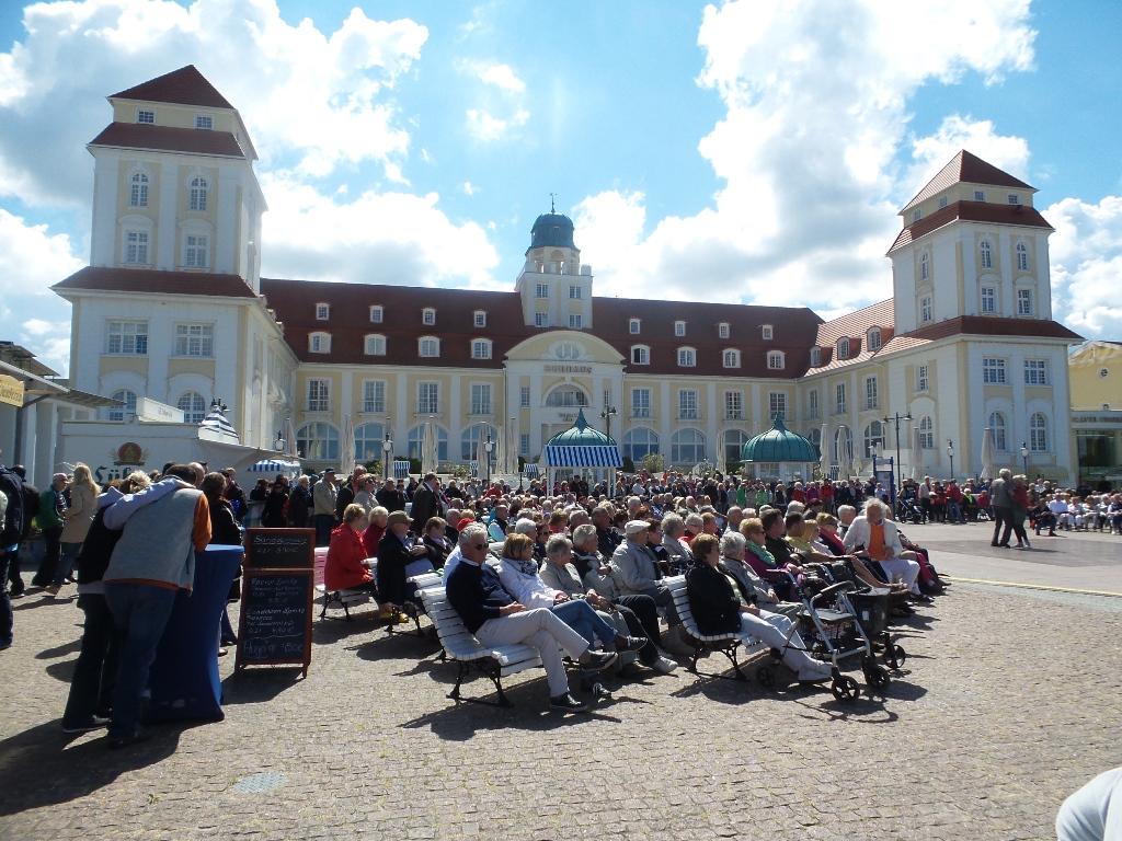 Ostseebad Binz - Auf dem Kurplatz vor dem Kurhaus werden im Sommer verschieden Musik- und Unterhaltungsstücke in der Konzertmuschel aufgeführt. Neben dem Kurkonzert finden saisonale Veranstaltungen dort statt.