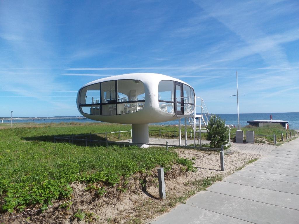 Ostseebad Binz - Der berühmte DDR-Architekt Ulrich Müther aus Binz konstruierte den Rettungsturm, ein Wahrzeichen von Binz, in dem seit 206 auch geheiratet werden kann.