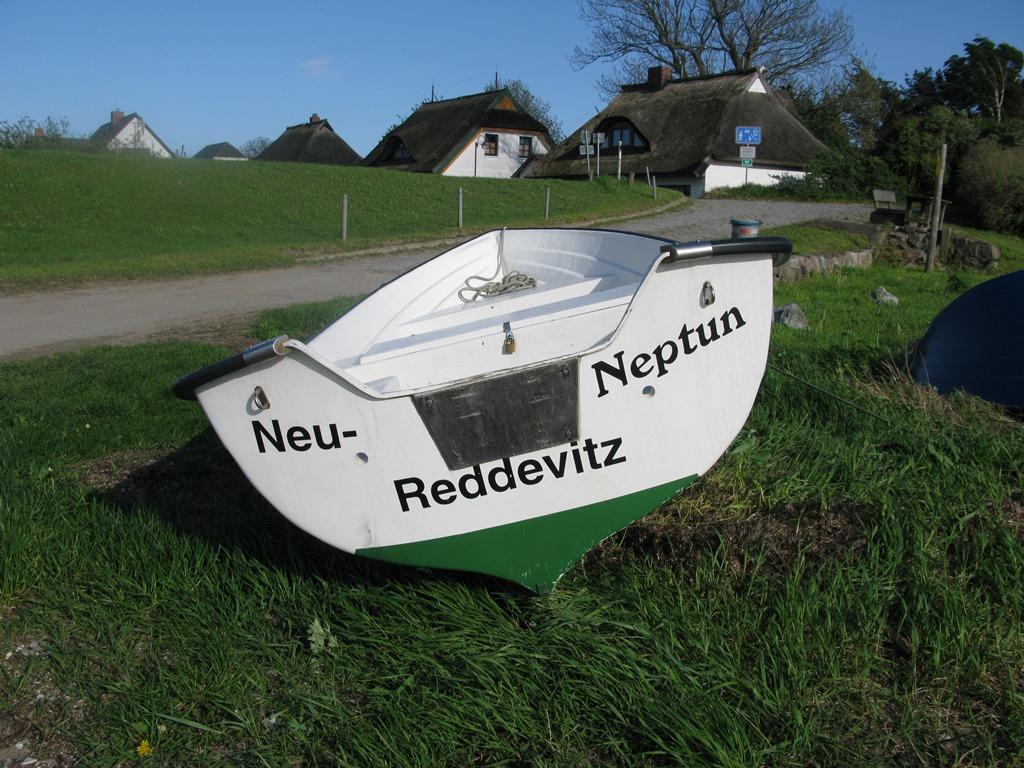 Lancken-Granitz - und liegt direkt an der Boddenküste.