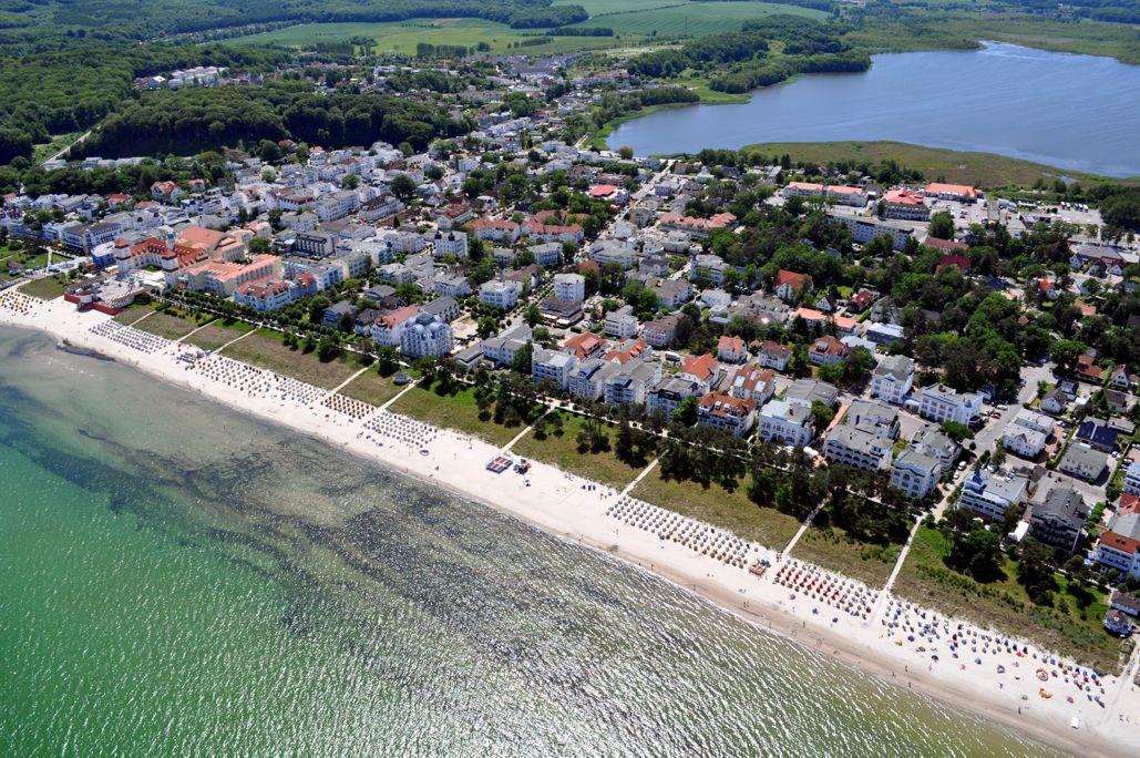 Ostseebad Binz - Luftansicht auf das Ostseebad Binz von der Ostsee in Richtung Kurhaus. Im Hintergrund sehen Sie den Schmachter See. Das Foto wurde uns mit freundlicher Unterstützung von  Rügen-Helikopter  zur Verfügung gestellt.