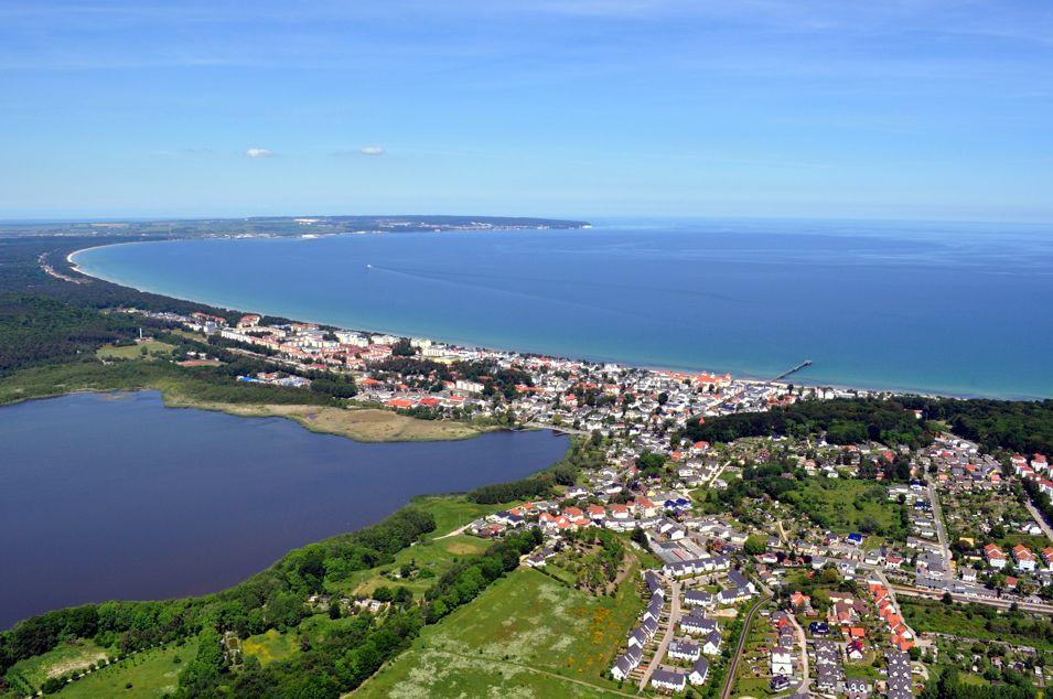 Ostseebad Binz - Luftansicht auf das schöne Ostseebad Binz vom Schmachter See in Richtung Ostsee. Das Foto wurde uns mit freundlicher Unterstützung von  Rügen-Helikopter  zur Verfügung gestellt.