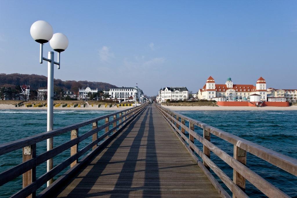 Ostseebad Binz - Die Seebrücke Binz auf der Insel Rügen. Sie hat eine Länge von 370 Metern und ist die zweitlängste Seebrücke Rügens nach der Seebrücke Sellin.