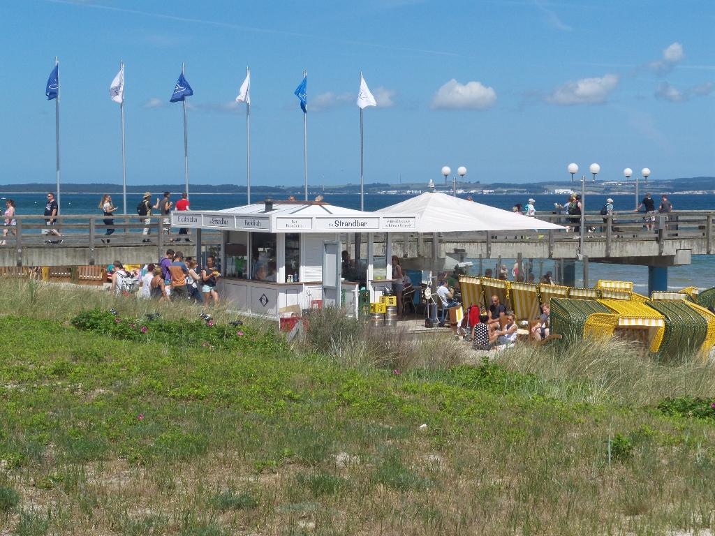 Ostseebad Binz - Die Seebrücke in Binz im Sommer mit am Strand befindlicher typischer  Strandbar