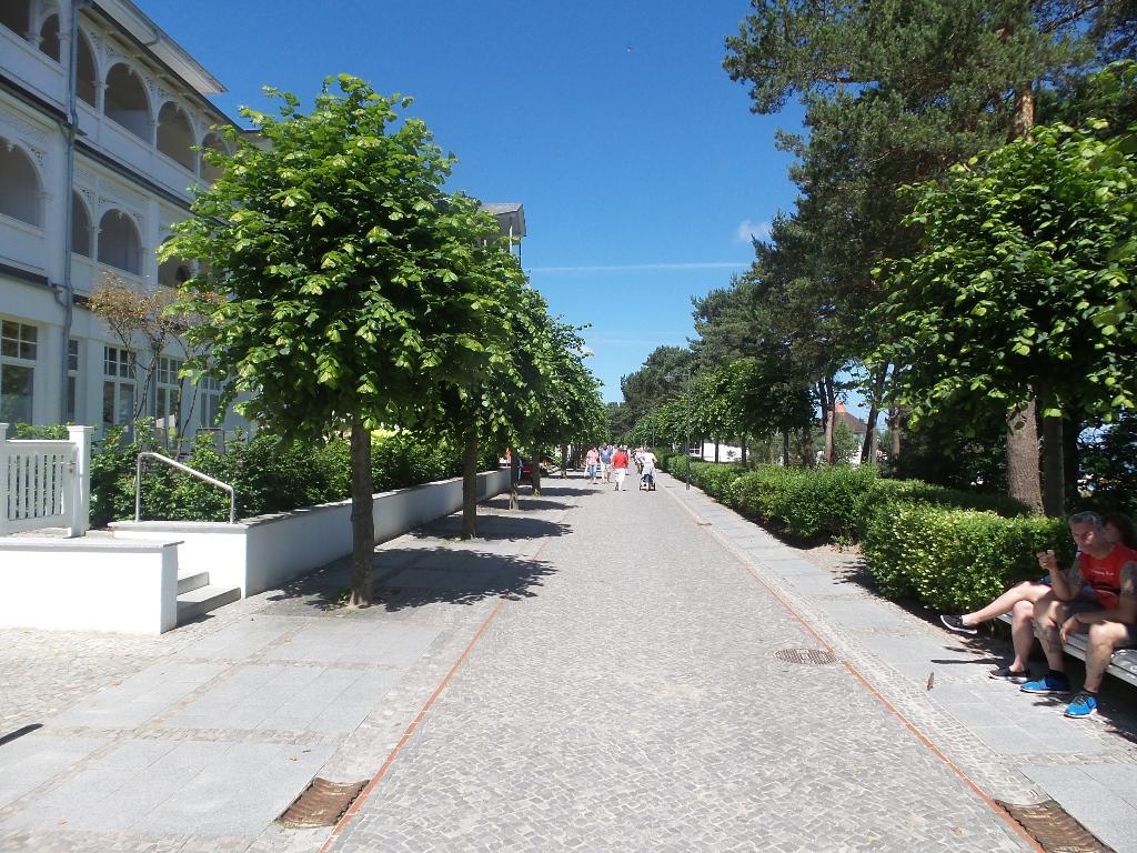 Ostseebad Binz - Die ca. 5 km lange Strandpromenade in Binz bildet mit der Hauptstraße die Hauptachsen des Ostseebades. Hier kann man einen langen Spaziergang vom Fischerstrand im Osten bis nach Prora im Westen machen.