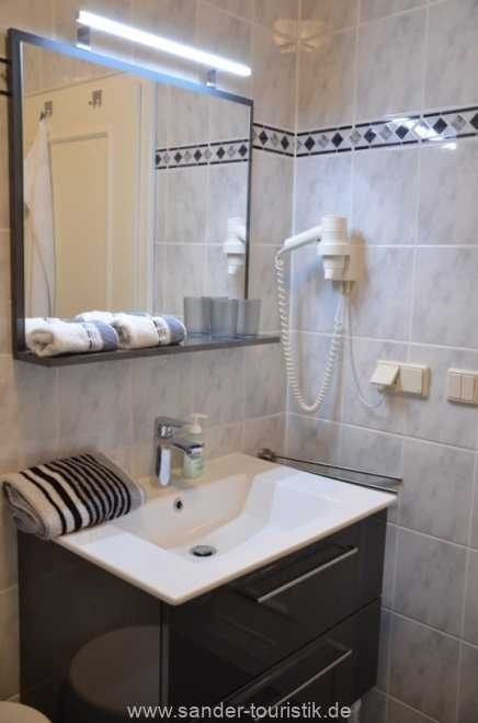 Waschtisch mit großen Schubladen, Fön, Kosmetikspiegel - Villa Stranddistel - Binz