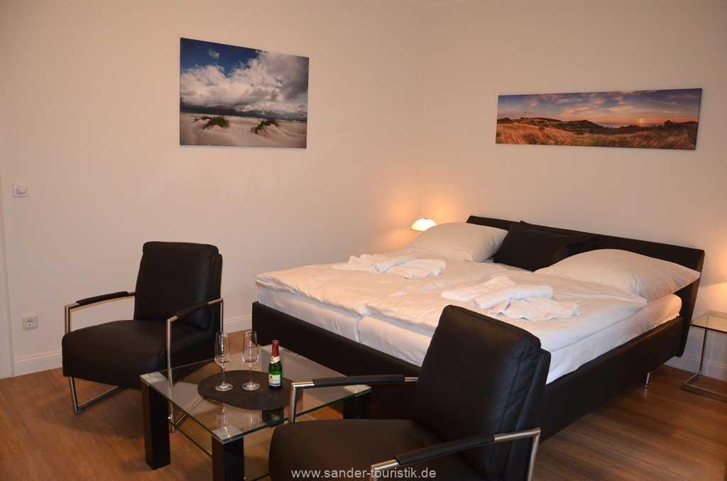 komfortables Doppelbett mit davor platzierten Sitzbereich - Villa Stranddistel - Binz