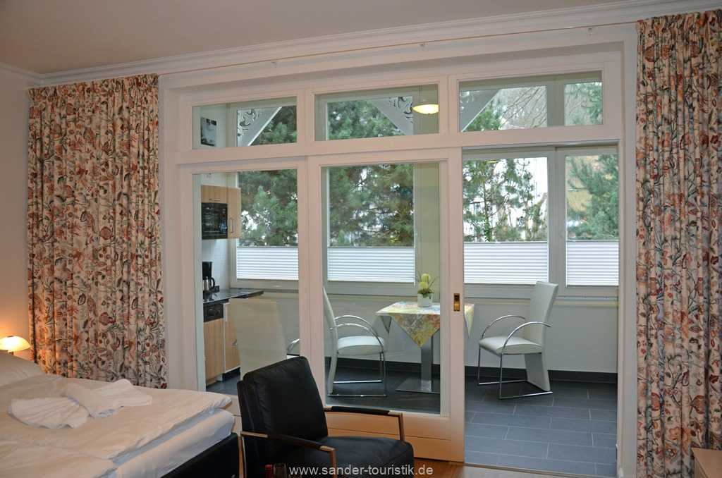 Blick vom Wohn/Schlafzimmer auf die gemütliche Veranda mit Küchenzeile - Binz