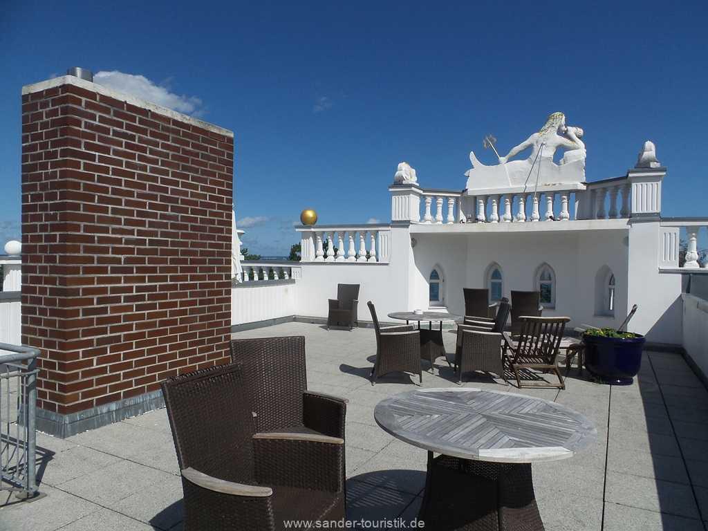 Sonnige Dachterrasse mit Sonnenliegen und gemütlichen Sitzecken-Villa Sirene-Binz