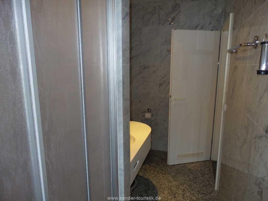 Badezimmer mit Dusche und WC - Villa Sirene