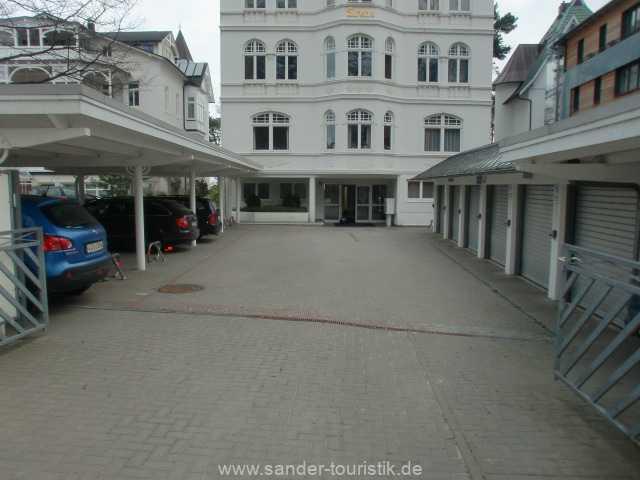 Parkplatz der Villa Sirene; zur Wohnung 05 gehört eine Duplexgarage.