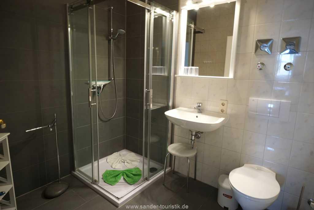 Badezimmer mit Badewanne/Duschvorrichtung