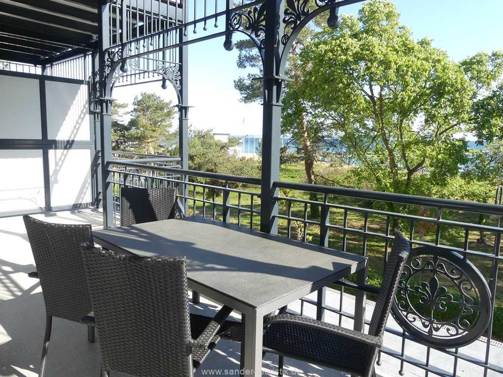 Großer Balkon mit Balkonmöbeln und fantastischem Blick auf die Ostsee