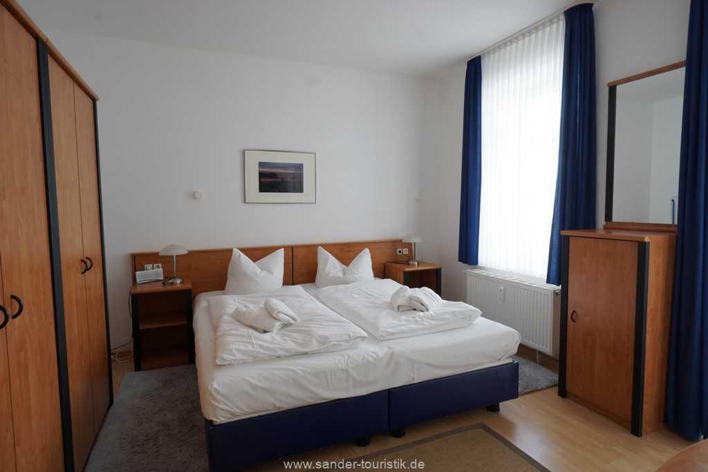 Doppelbett-Schlafzimmer...