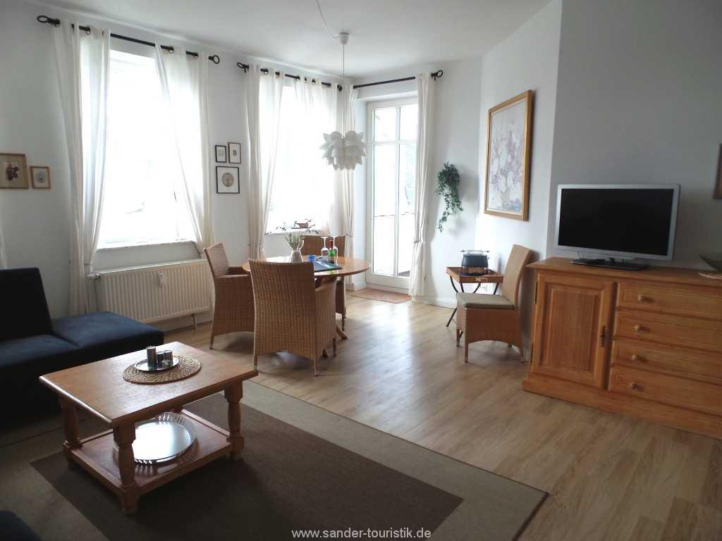 Großes, helles Wohnzimmer mit einer geschmackvollen Einrichtung