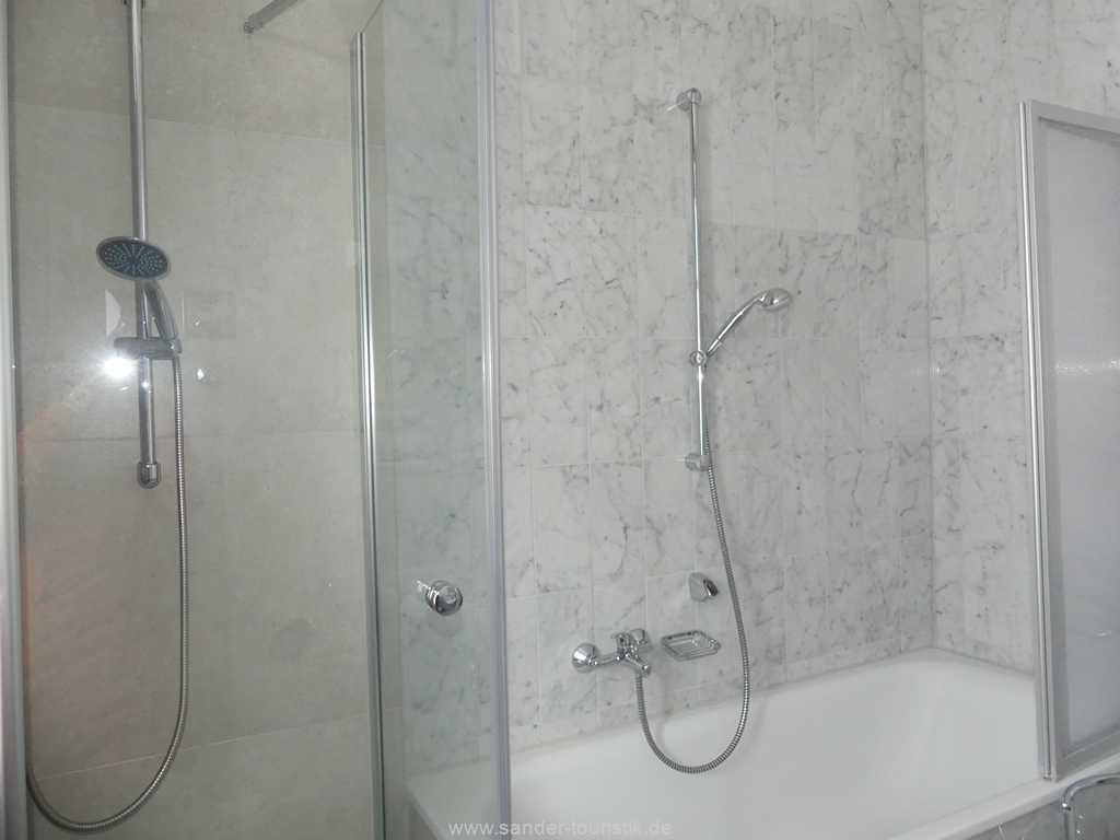 Badezimmer mit Dusche und Badewanne, WC