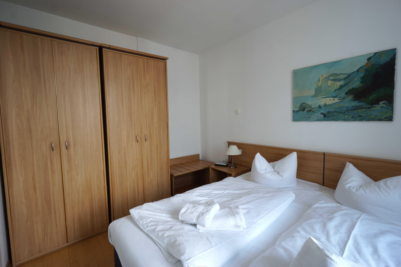 Doppelbettschlafzimmer mit großem Kleiderschrank