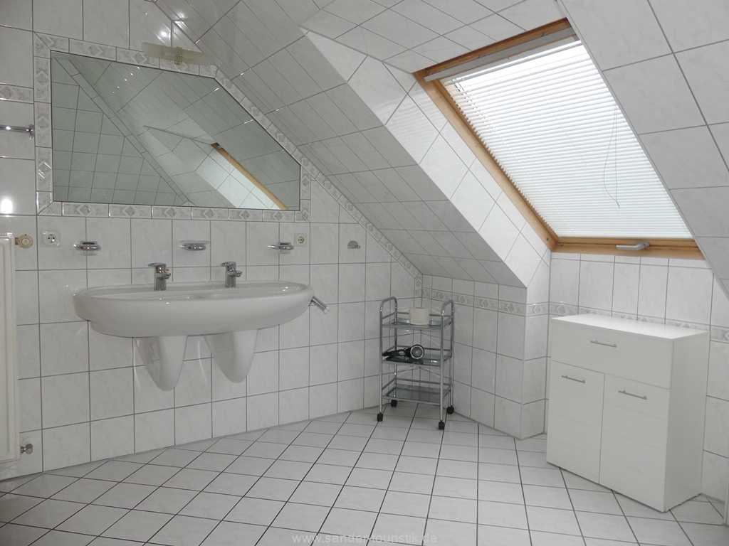 Großes, helles Badezimmer mit einem Doppel-Waschbecken und Fenster
