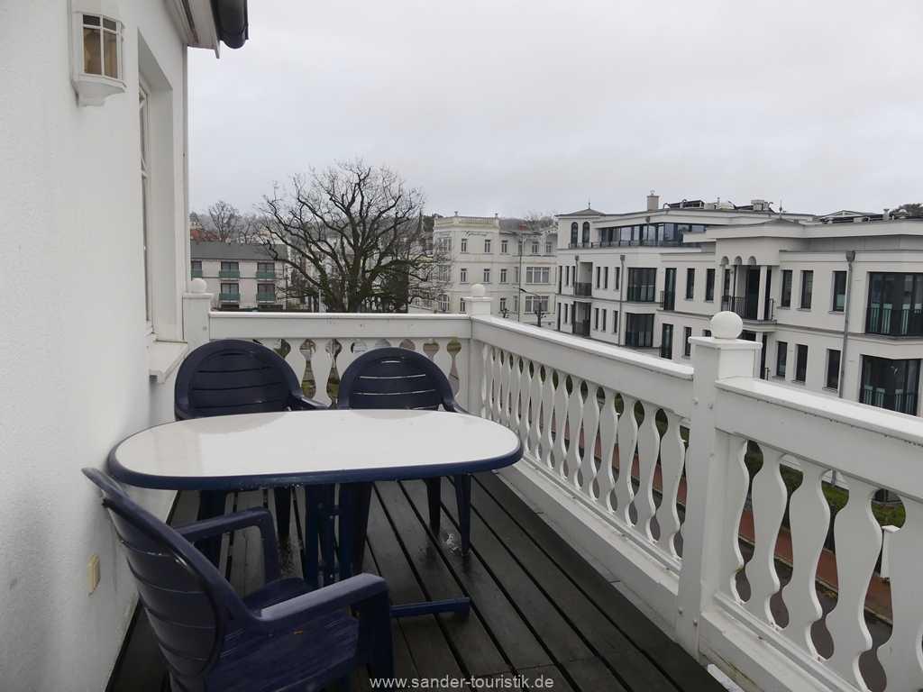 Südbalkon mit Balkonmöbel und Sonnenschirm.