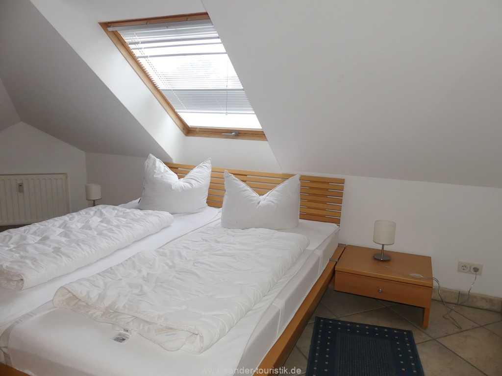 Doppelbett-Schlafzimmer mit leichten Schrägen - Binz - Villa Strandburg
