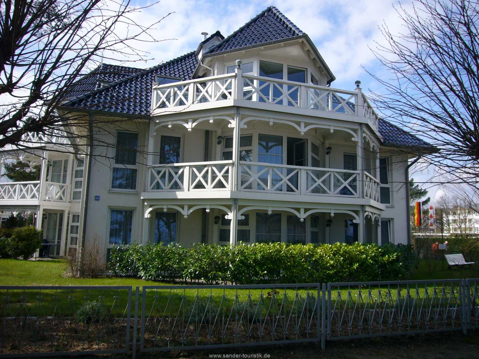 Blick auf Haus Strelasund von der Strandpromenade