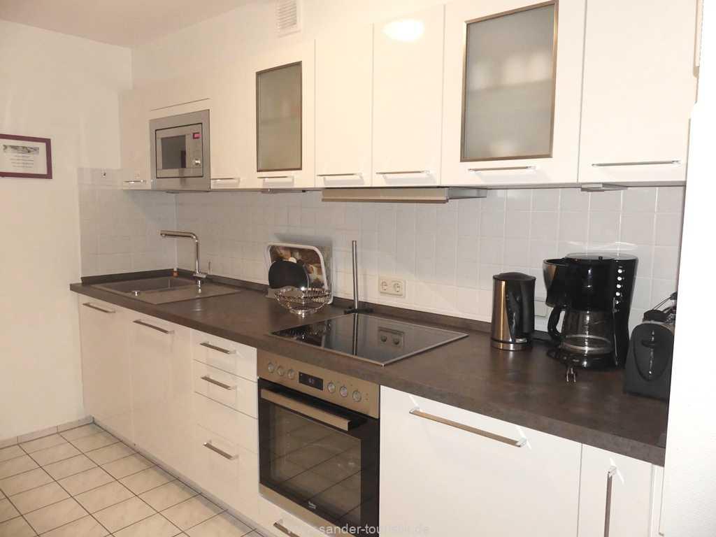 Räumlich abgetrennte, sehr gut ausgestattete Küchenzeile mit Spülmaschine