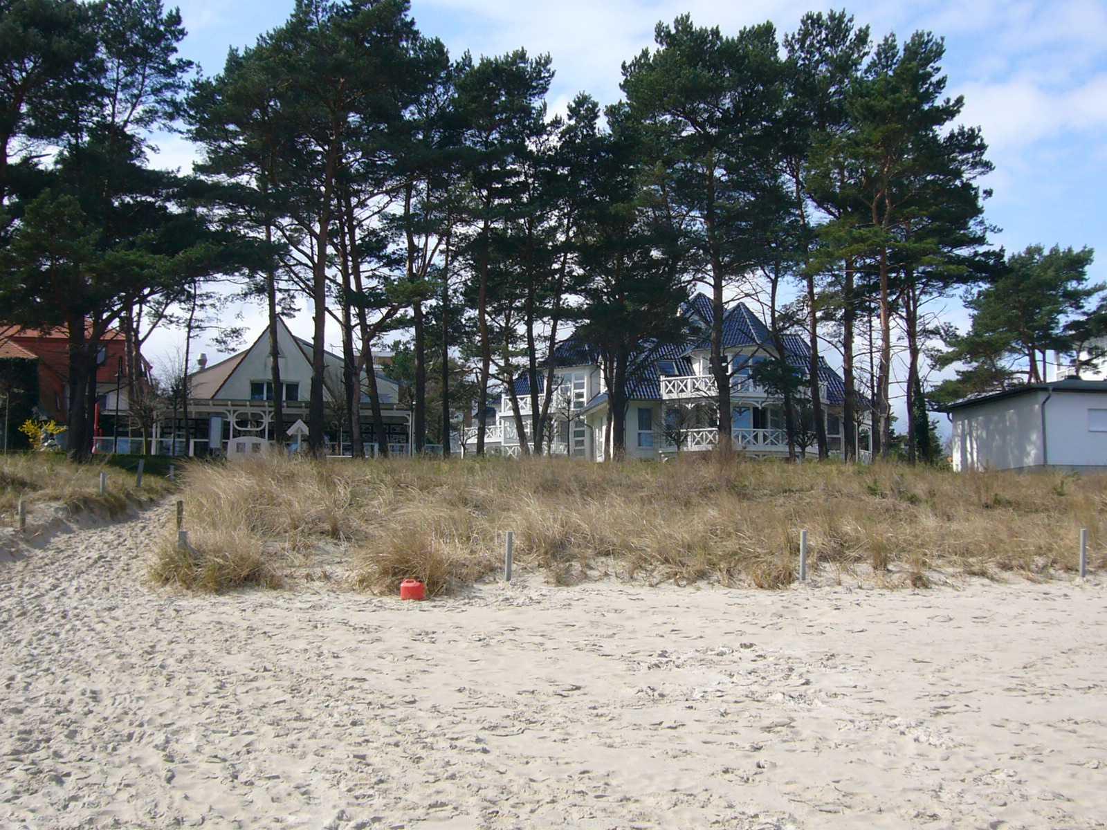 Blick vom Ostseestrand zum Haus Strelasund in Binz