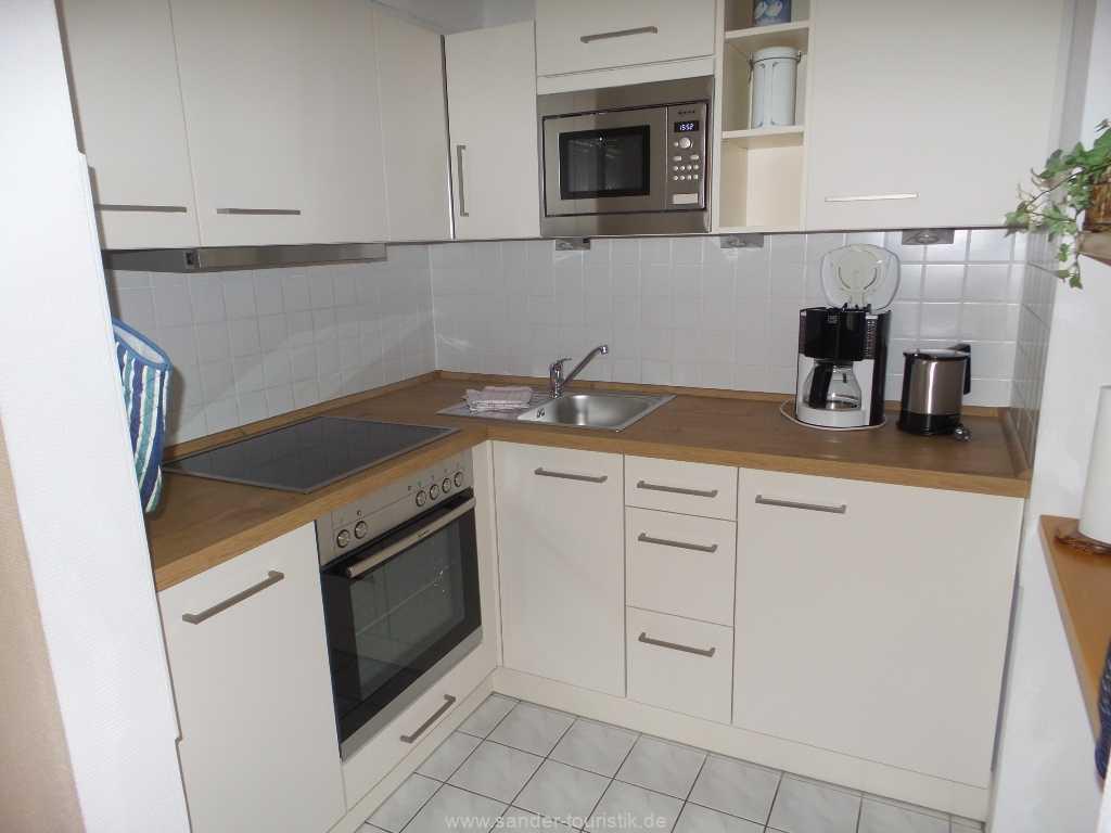 Abgetrennte, sehr gut ausgestattete Küche mit Spülmaschine, E-Herd