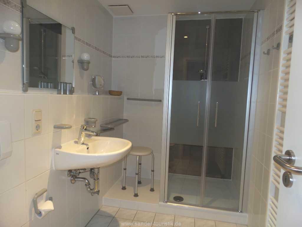 Großes Badezimmer mit Dusche und WC, Strelasund 23