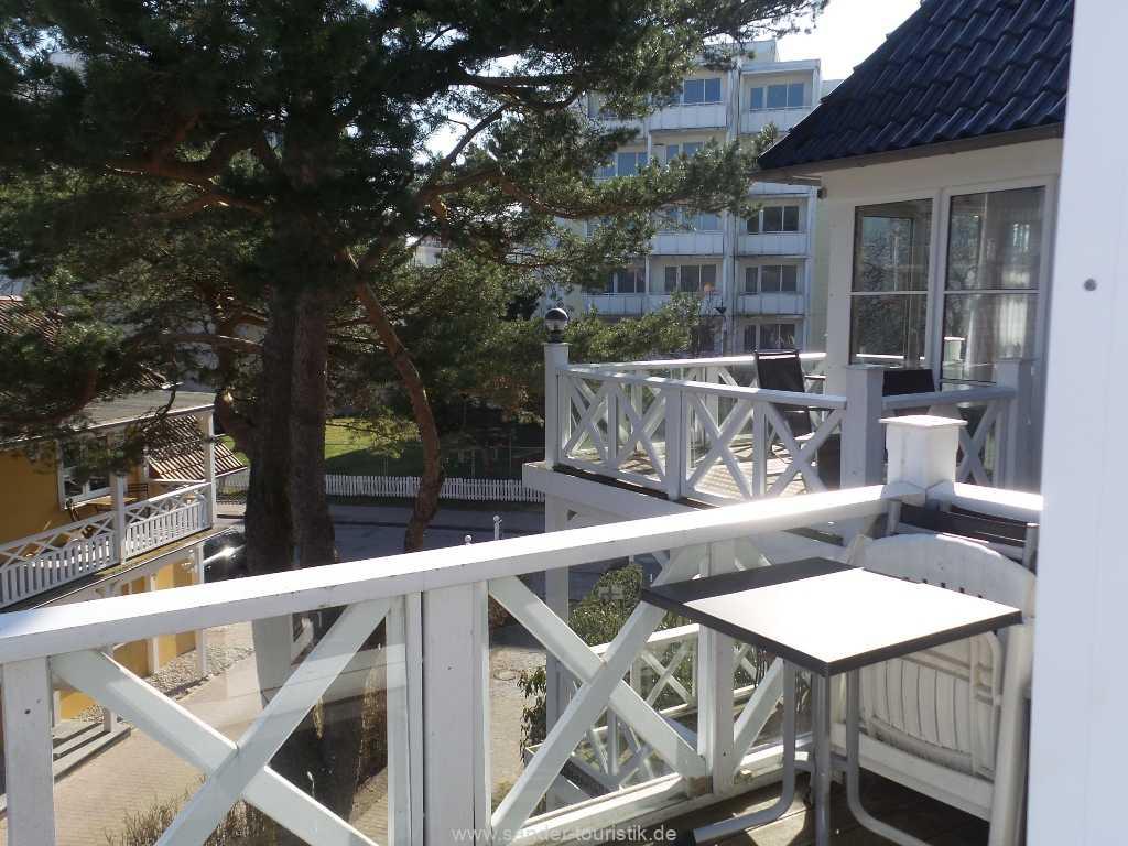 Vom Balkon und dem Wohnzimmer haben Sie einen schönen Ausblick auf die Ostsee und den Strand
