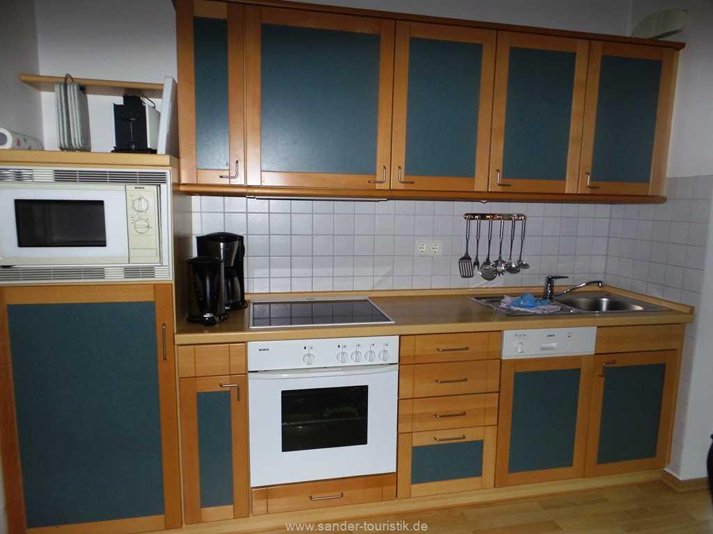 Moderne Küchenzeile mit Spülmaschine und Mikrowelle