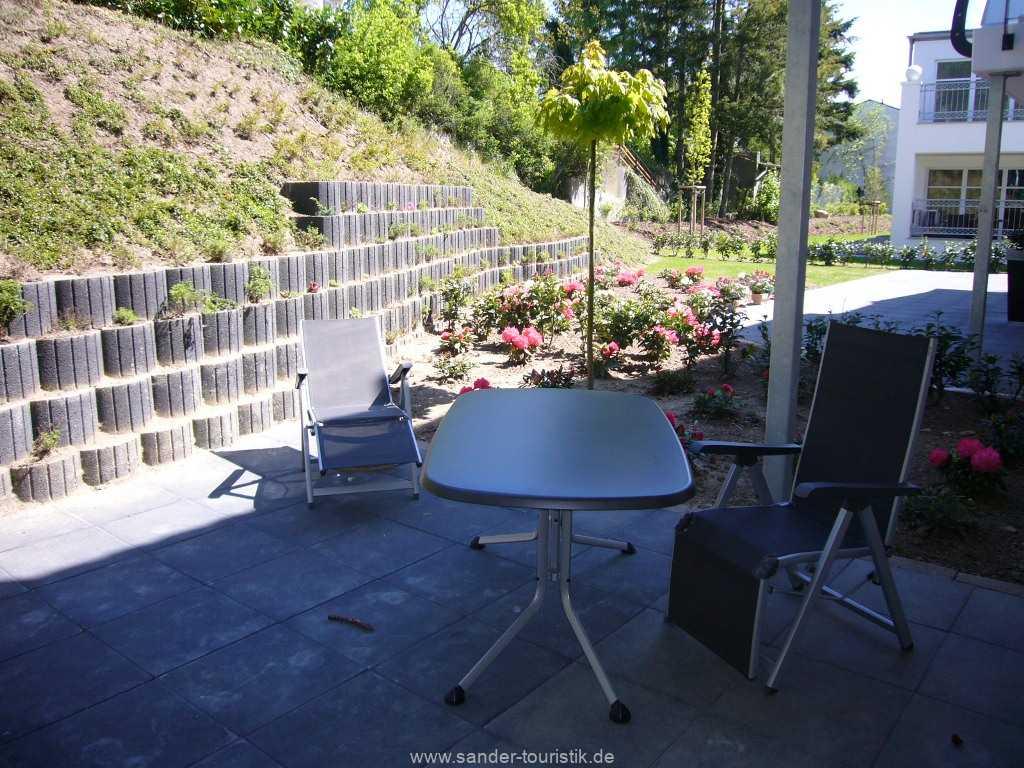 Große Sonnenterrasse mit Terrassenmöbeln
