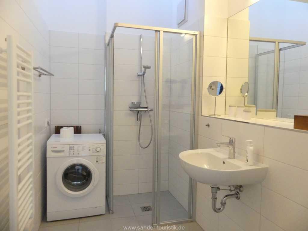 Bad mit Dusche und WC und Waschmaschine