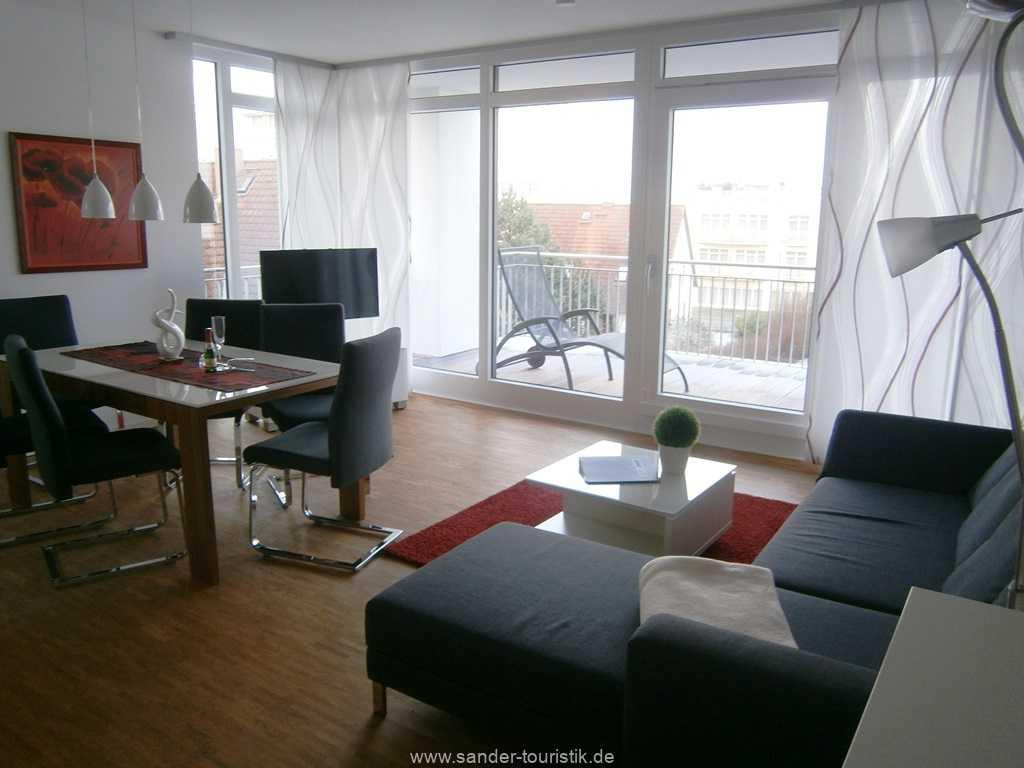 Großes Wohnzimmer mit Esstisch und Couchgarnitur