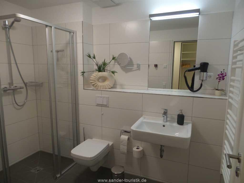 Großes Badezimmer mit ebenerdiger Dusche - Binz
