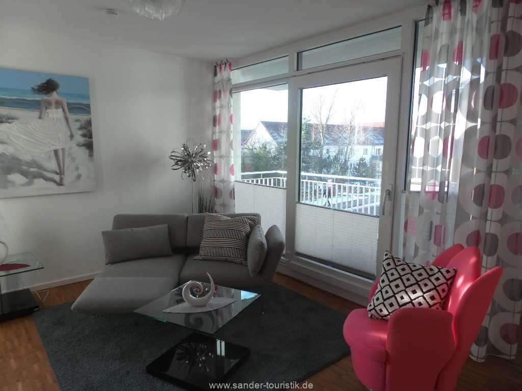 Wohnzimmer mit Zugang zum Balkon - Binz- DünenResort