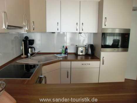 Gut ausgestattete Küchenzeile mit Spülmaschine