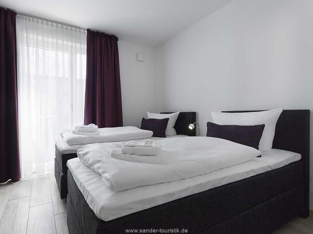 Zweibett-Schlafzimmer mit viel Stauraum für Bekleidung