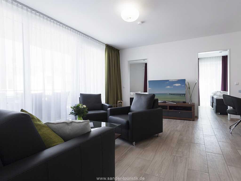 Helles und geräumiges Wohnzimmer mit Flachbild-TV