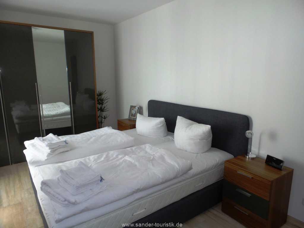 großzügiges und helles Doppelbett-Schlafzimmer
