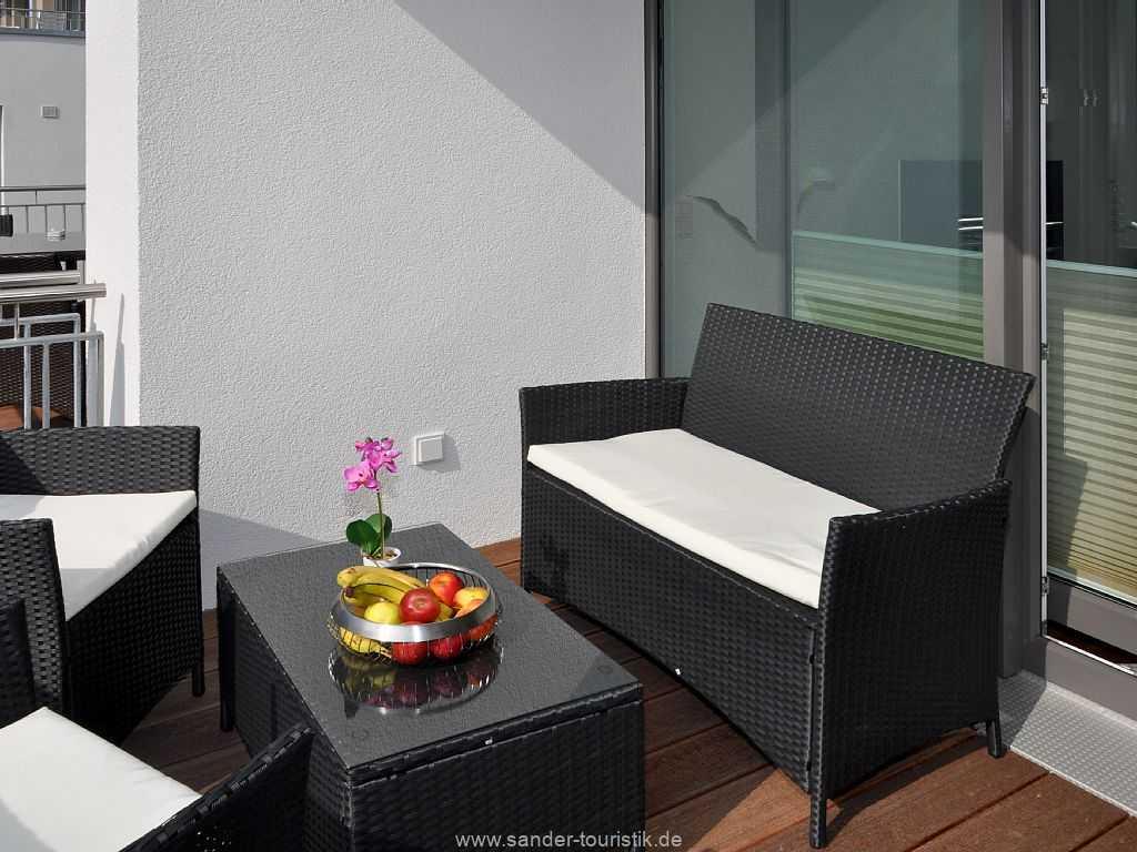 Balkon mit Terrassenmöbeln