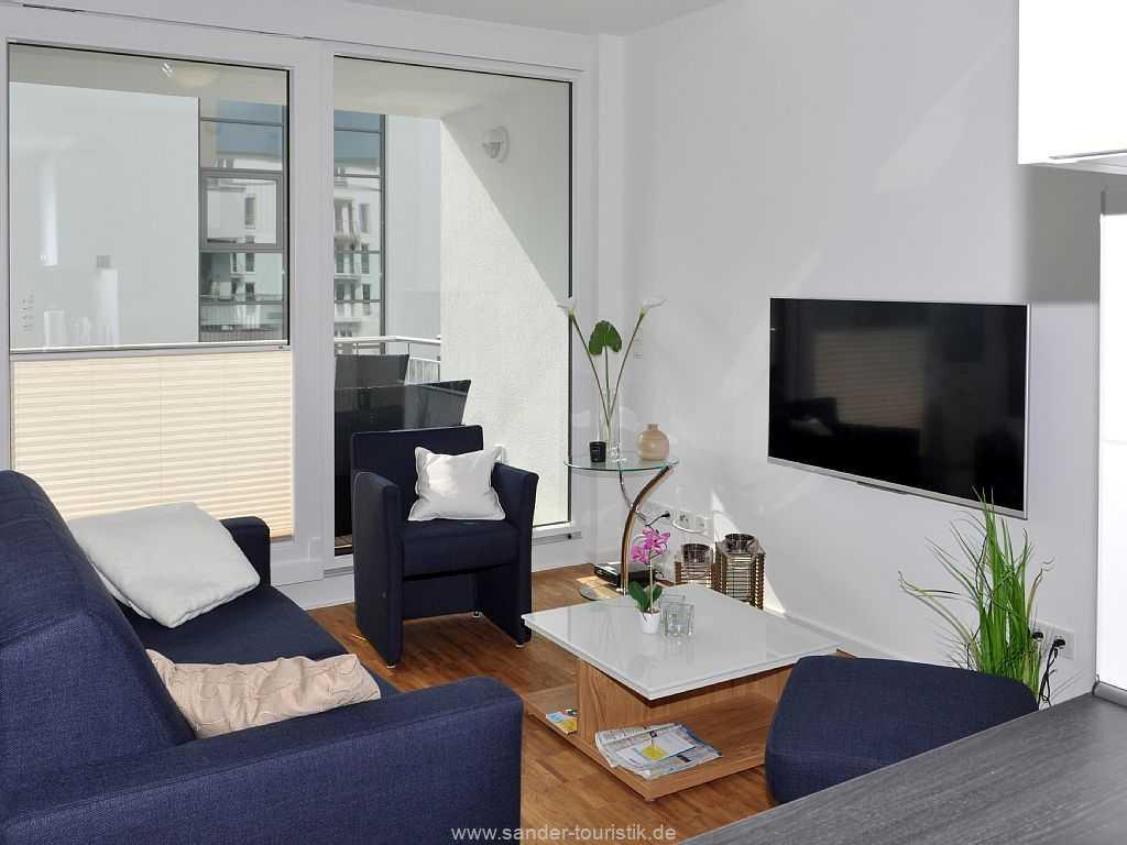 Großes, helles Wohnzimmer mit Süd-Balkon, Flachbildschirm