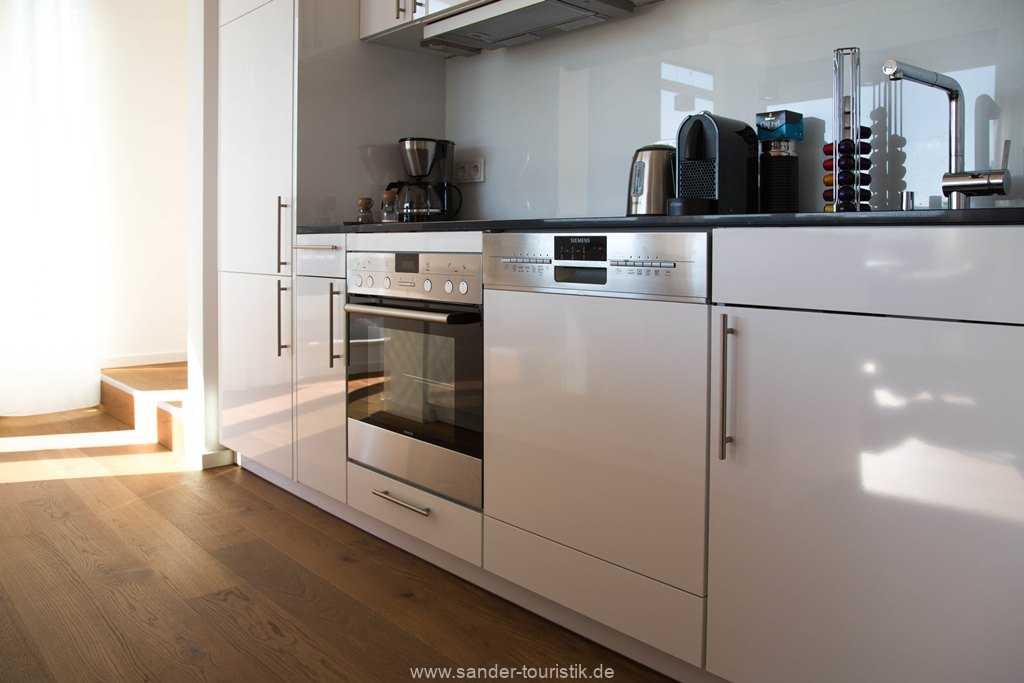 Moderne Küchenzeile mit Spülmaschine, Ceran-Herd, Backofen etc