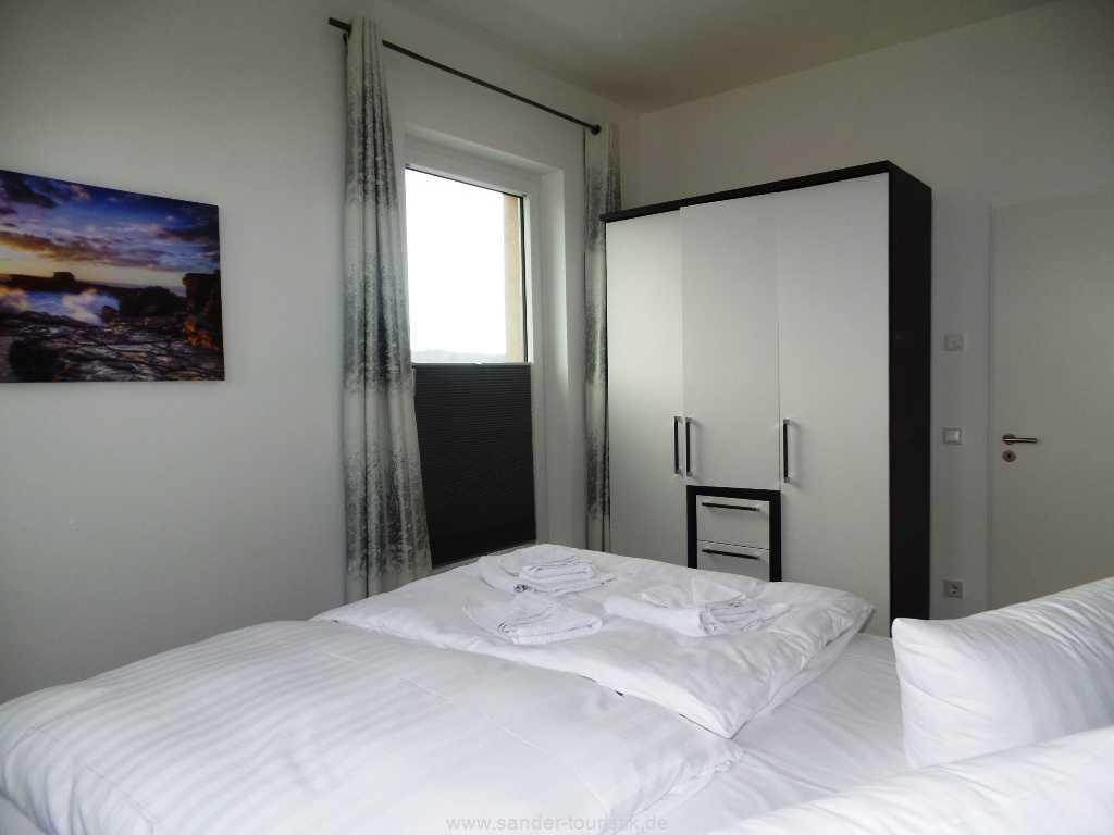 1. Doppelbett-Schlafzimmer mit Kleiderschrank und Ausgang zum Balkon