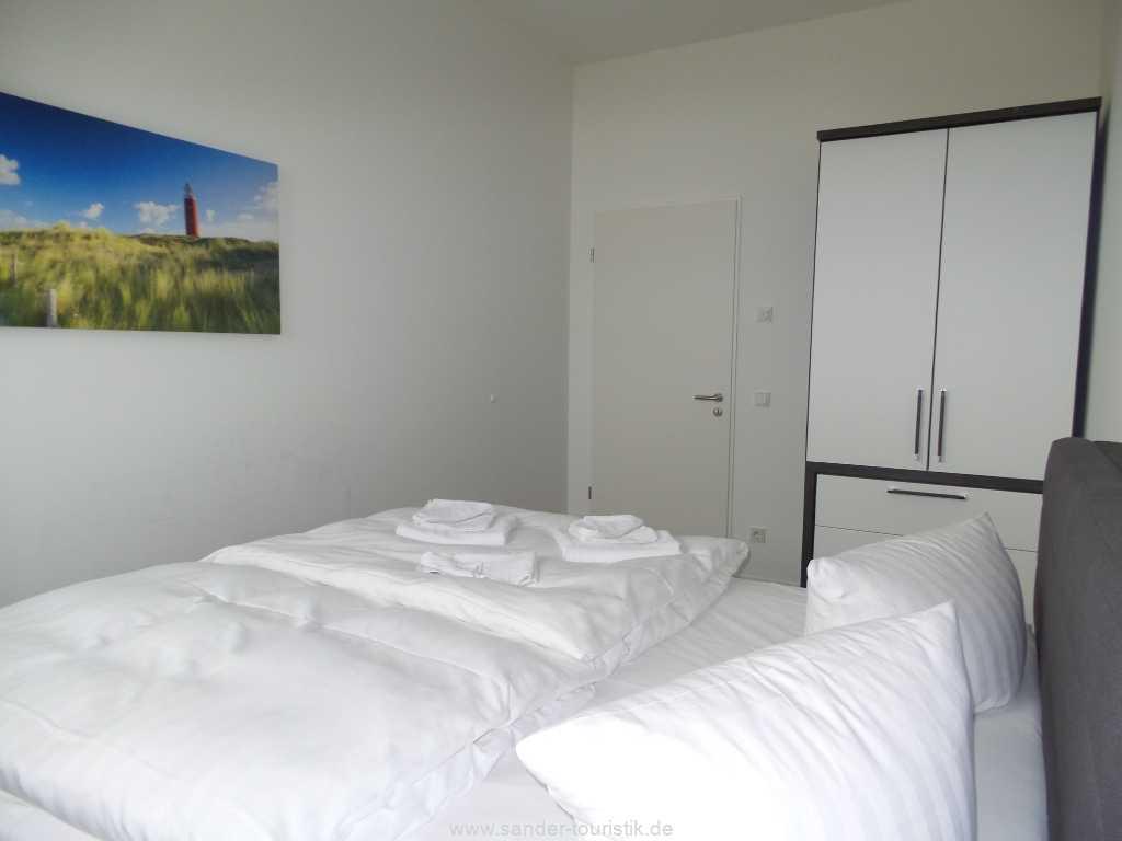 2. Doppelbett-Schlafzimmer mit Kleiderschrank und Ausgang zum Balkon