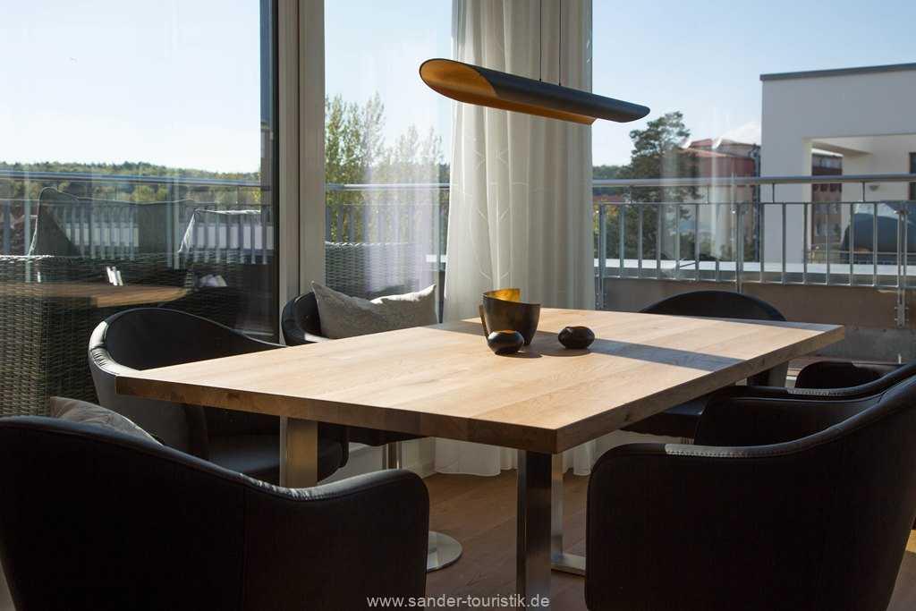 Esstisch mit großer Fensterfront - DünenResort
