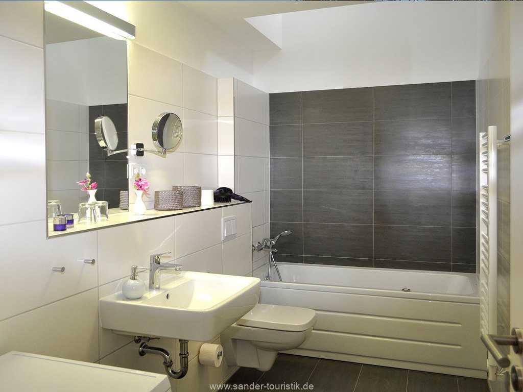 Badezimmer mit Whirlpoolwanne und Waschmaschine