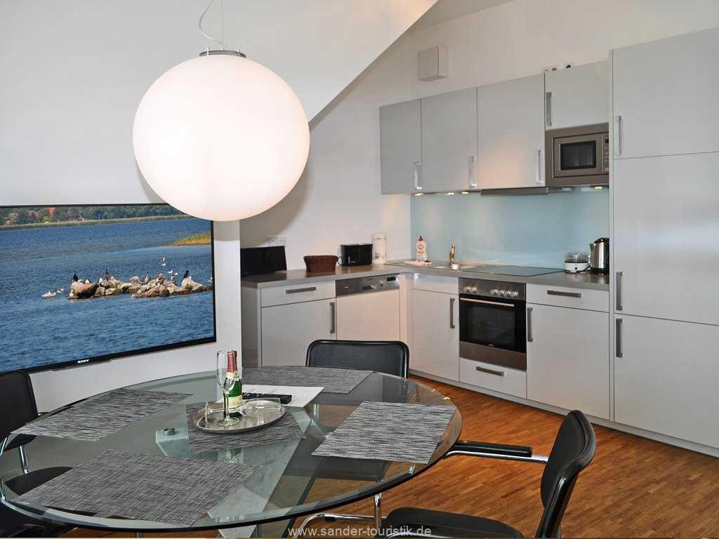 Sehr gut ausgestattete Küche und Essbereich im Binzer DünenResort