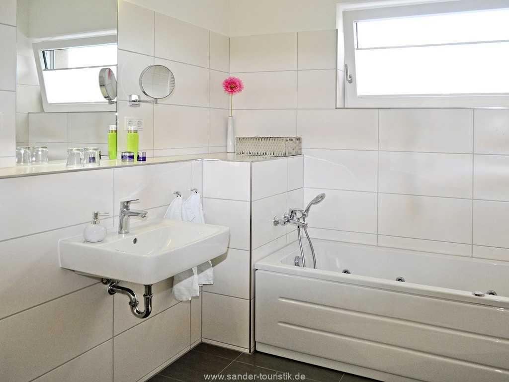 Großes Badezimmer mit  Whirlpoolwanne, Dünen Resort